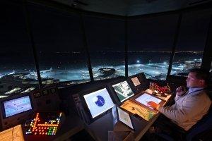 Fluglotse im Tower Wien bei Nacht