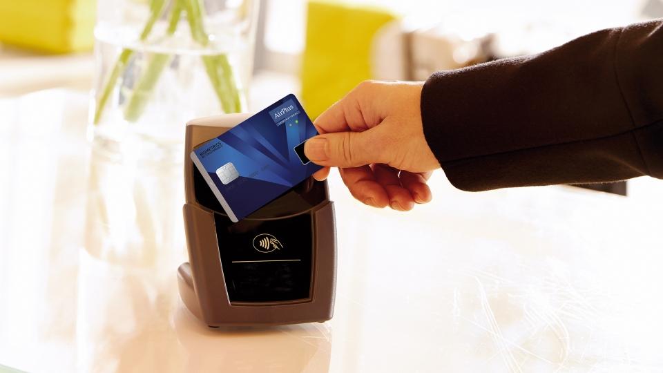 Kontaktlose biometrische Bezahlkarte von AirPlus