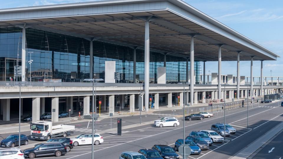 Terminal Vorfahrt am neuen Flughafen Berlin Brandenburg