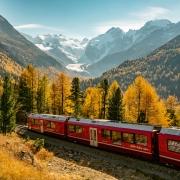 Rhätische Bahn bei der Montebello Kurve mit Morteratschgletscher und Piz Bernina