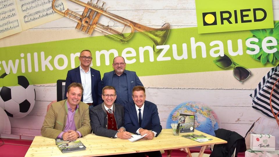 V.l.n.r. sitzend: Martin Erlinger (Aufsichtsratsvors. TV s'Innviertel), Markus Achleitner (Wirtschafts- und Tourismus-Landesrat) und Albert Ortig (Bürgermeister von Ried); v.l.n.r. stehend: Gerald Hartl (Geschäftsführer TV s'Innviertel) und Roland Murauer (Stadtmarketing Ried)