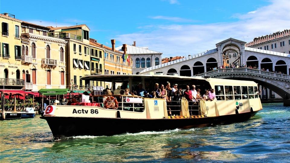 Mehr umweltfreundliche Boote, Busse und Züge